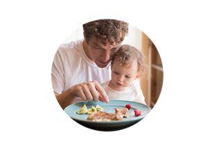 Vater mit Kleinkind beim Essen