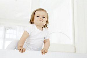 Baby klettert auf einen Stuhl