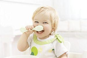 Kleinkind isst am Tisch