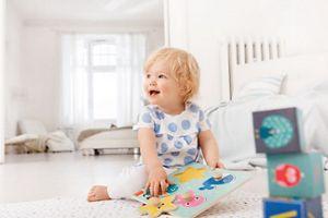 Kleinkind spielt auf dem Boden