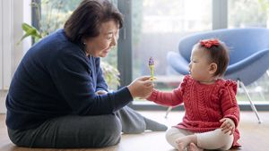 1000fd-grandmother-play-3840px.tif